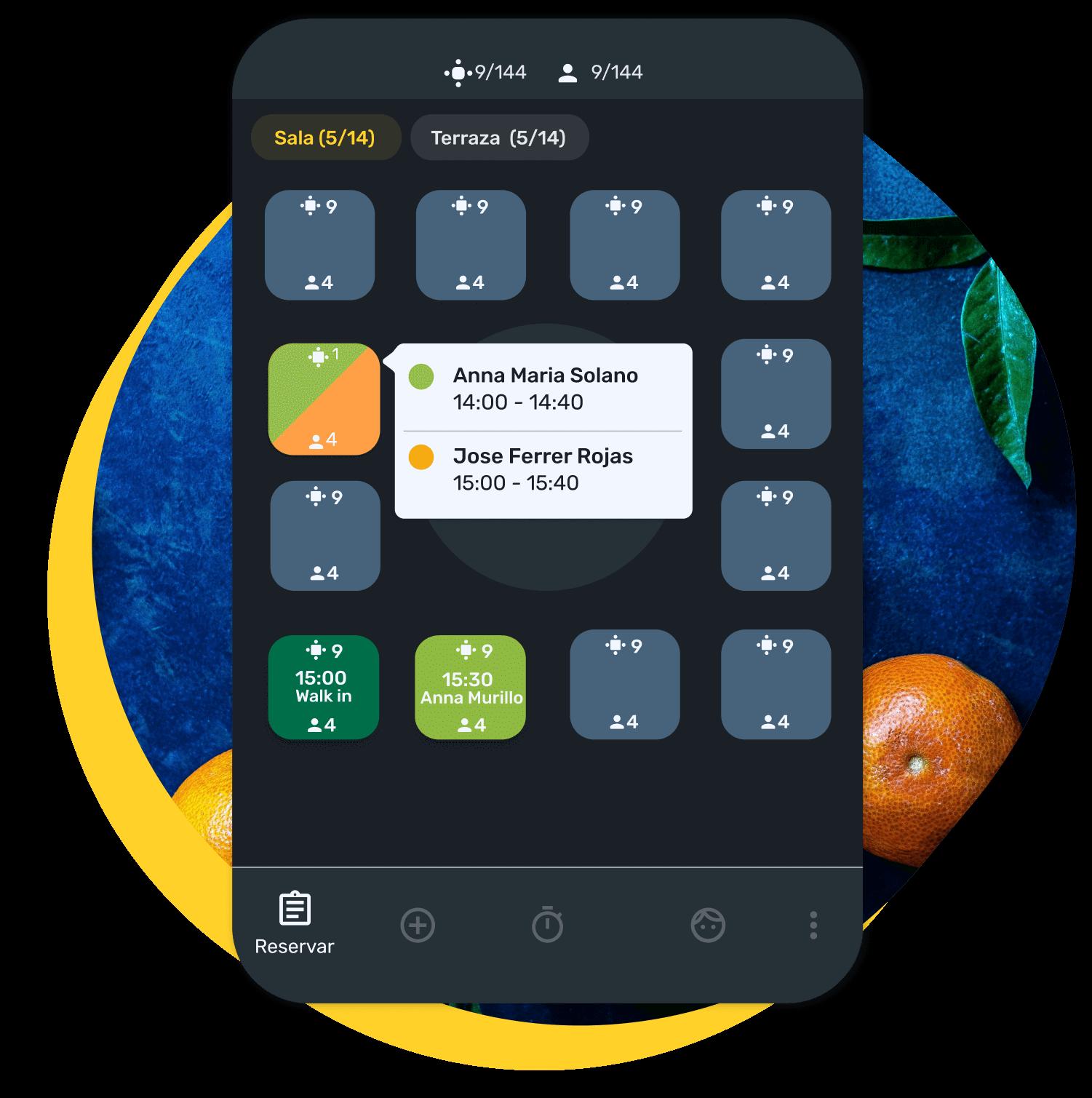 : Ejemplo de plano de sala de un restaurante con mesas reservadas, mostrando nombre y hora de reserva de los clientes, en el software de CoverManager.